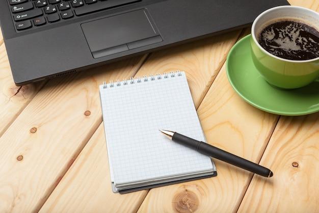 Bovenaanzicht office spullen met laptop en koffie Premium Foto