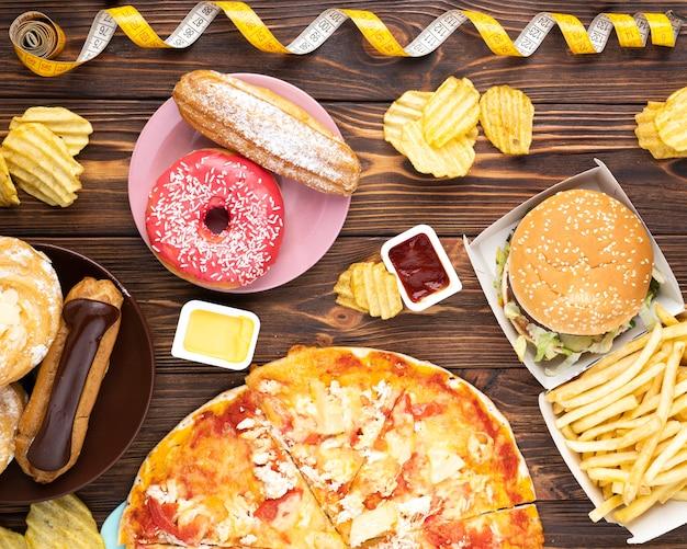 Bovenaanzicht ongezond heerlijk eten Gratis Foto