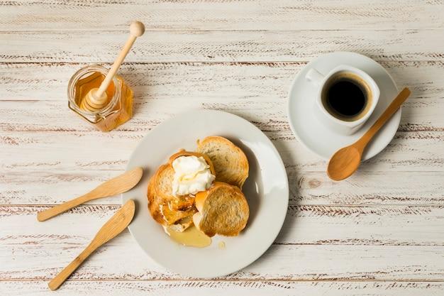 Bovenaanzicht ontbijt met honing Gratis Foto