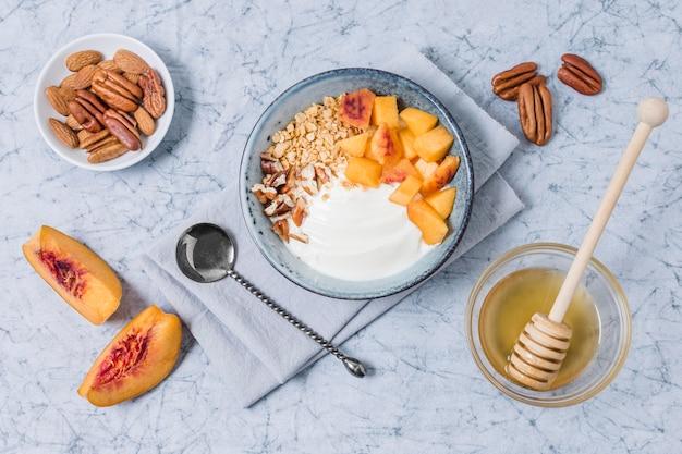 Bovenaanzicht ontbijtkom met yoghurt en honing Gratis Foto