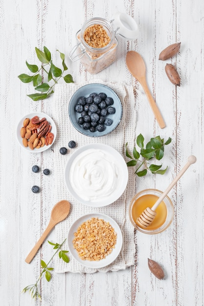Bovenaanzicht ontbijtkommen met fruit op tafel Gratis Foto