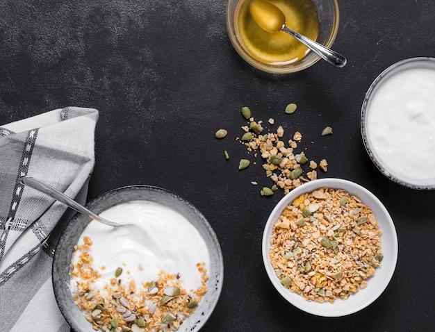 Bovenaanzicht ontbijtkommen met haver en honing Gratis Foto