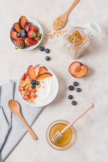 Bovenaanzicht ontbijtkommen met yoghurt en fruit Gratis Foto