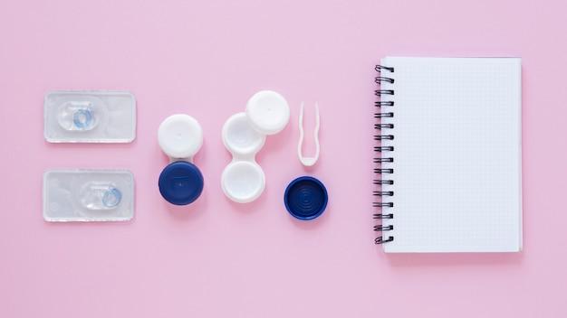 Bovenaanzicht oogverzorging accessoires op roze achtergrond Gratis Foto