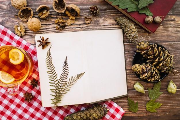 Bovenaanzicht open herfst notitieboekje Gratis Foto