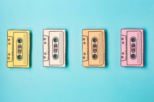 Bovenaanzicht opstelling met cassettebandjes Gratis Foto
