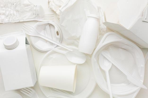 Bovenaanzicht opstelling van vuil plastic afval Gratis Foto