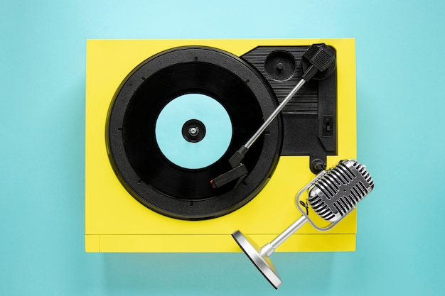 Bovenaanzicht oud vinyl op blauwe achtergrond Gratis Foto