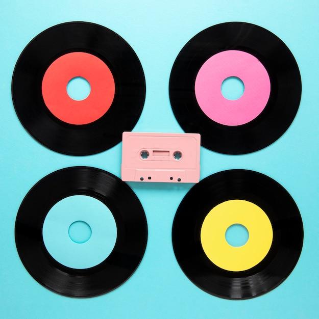Bovenaanzicht oude vinyl schijven met cassettebandje Gratis Foto