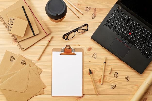 Bovenaanzicht over werkplek met laptop en kantoorbenodigdheden Premium Foto