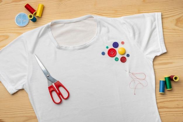 Bovenaanzicht overhemd en kleurrijke knopen Gratis Foto