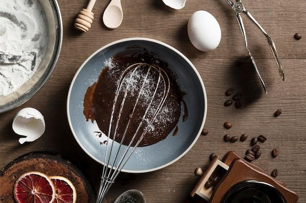 Bovenaanzicht pan met zelfgemaakte chocolade op de tafel Gratis Foto