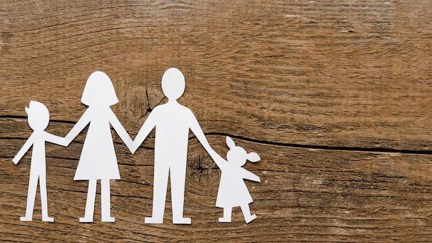 Bovenaanzicht papier familie samenstelling op houten achtergrond met kopie ruimte Gratis Foto