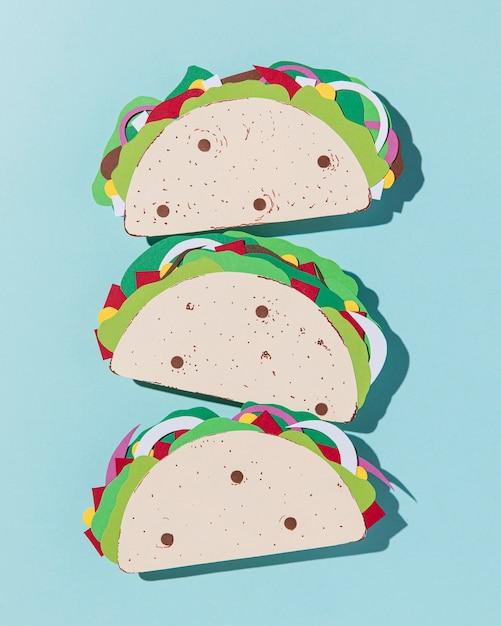 Bovenaanzicht papieren taco's op blauwe achtergrond Gratis Foto
