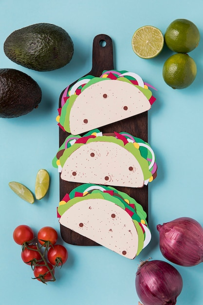 Bovenaanzicht papieren taco's op een houten bord Gratis Foto