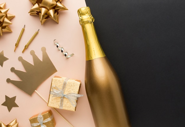 Bovenaanzicht partij decoraties en geschenken Gratis Foto