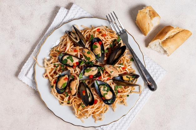 Bovenaanzicht pasta met mosselen op een bord Gratis Foto