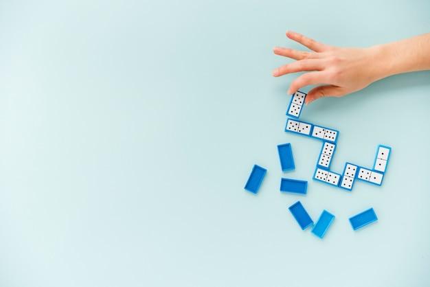 Bovenaanzicht persoon domino spelen Gratis Foto