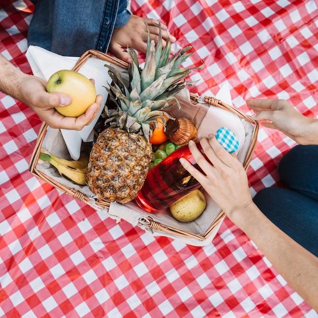 Bovenaanzicht picknickmand Gratis Foto