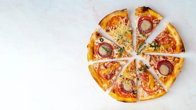 Bovenaanzicht pizza plakjes met kopie ruimte Gratis Foto