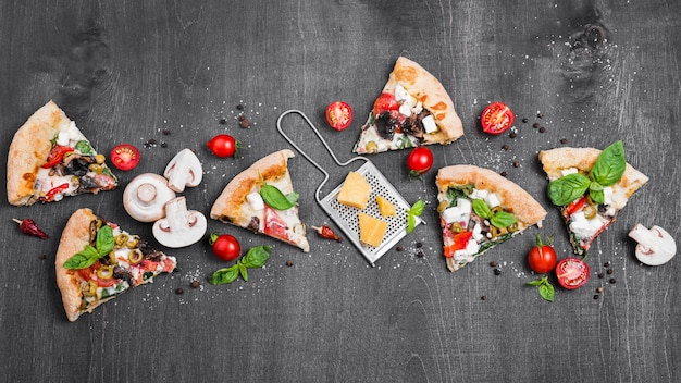Bovenaanzicht pizzapunten met kaas Premium Foto