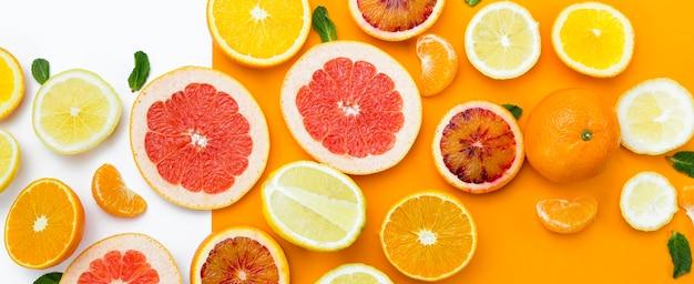 Bovenaanzicht plakjes fruit Gratis Foto