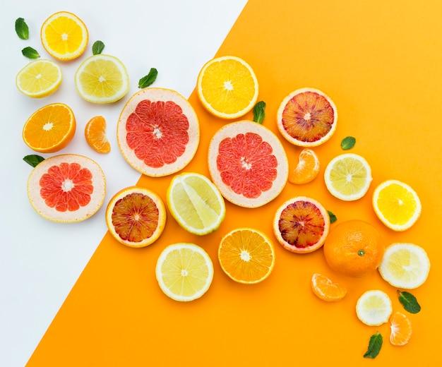 Bovenaanzicht plakjes vers fruit Gratis Foto