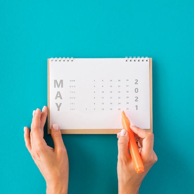 Bovenaanzicht planner agenda op blauwe achtergrond Gratis Foto