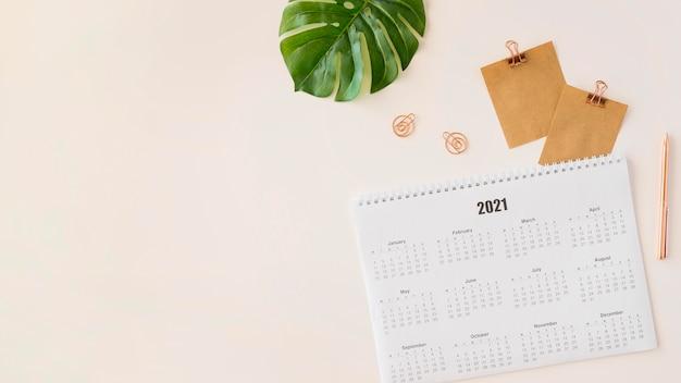Bovenaanzicht planner kalender met monsterablad kopie ruimte Premium Foto
