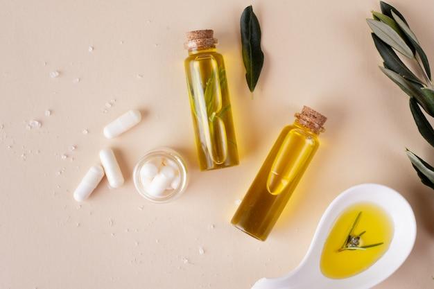 Bovenaanzicht plastic flessen met olie en pillen Gratis Foto