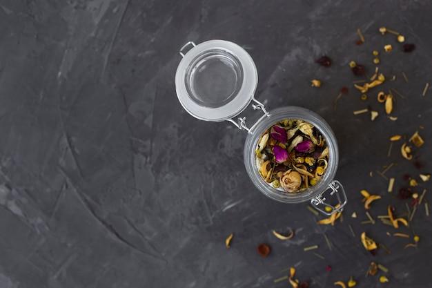 Bovenaanzicht pot gevuld met aromatische kruiden Gratis Foto