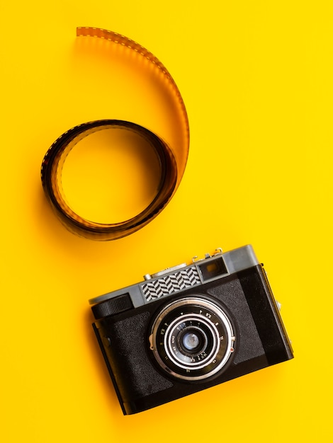 Bovenaanzicht professionele camera met film Gratis Foto