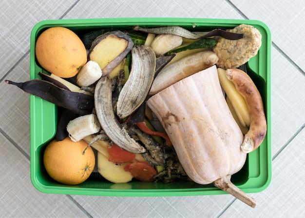 Bovenaanzicht prullenbak met biologische groenten Gratis Foto