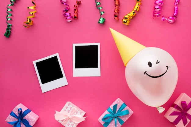Bovenaanzicht regeling met ballon en confetti Gratis Foto