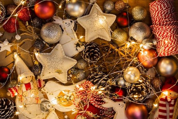Bovenaanzicht regeling met kerstbollen en lichten Gratis Foto