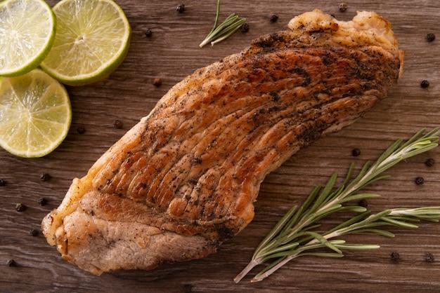 Bovenaanzicht regeling met plakjes vlees en limoen Gratis Foto