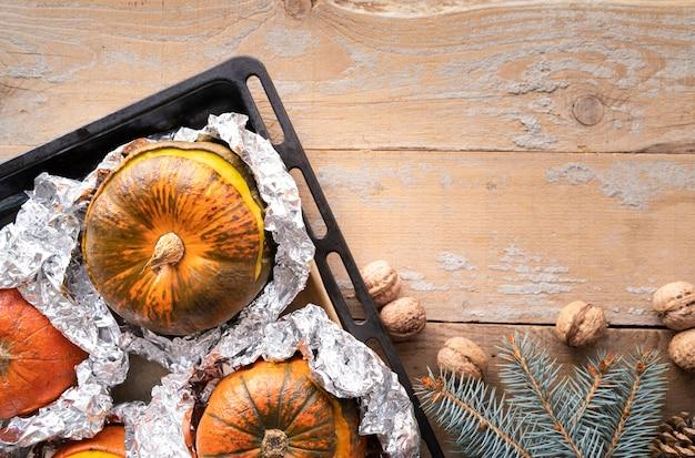 Bovenaanzicht regeling met pompoenen en houten achtergrond Gratis Foto