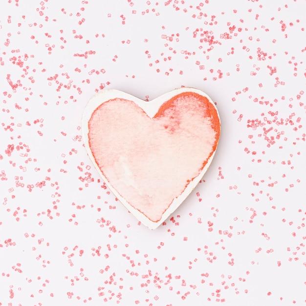 Bovenaanzicht regeling met roze hart vorm en roze achtergrond Gratis Foto