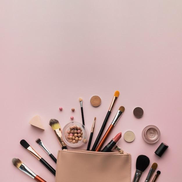 Bovenaanzicht regeling met schoonheid tas en kopie-ruimte Gratis Foto
