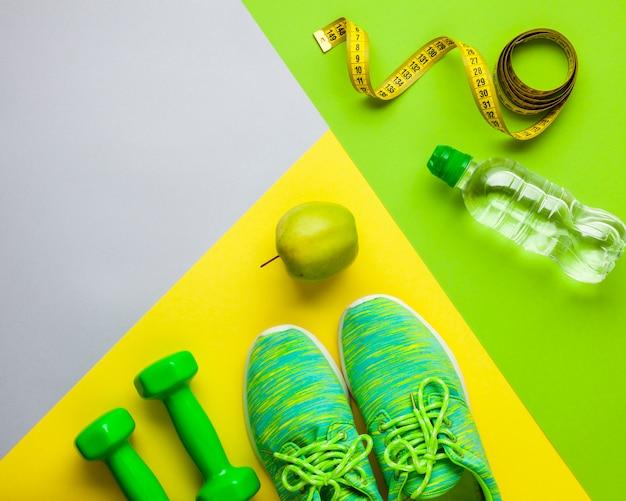 Bovenaanzicht regeling met sport attributen en appel Gratis Foto