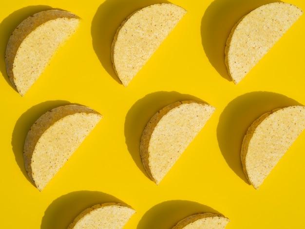 Bovenaanzicht regeling met taco's op gele achtergrond Gratis Foto