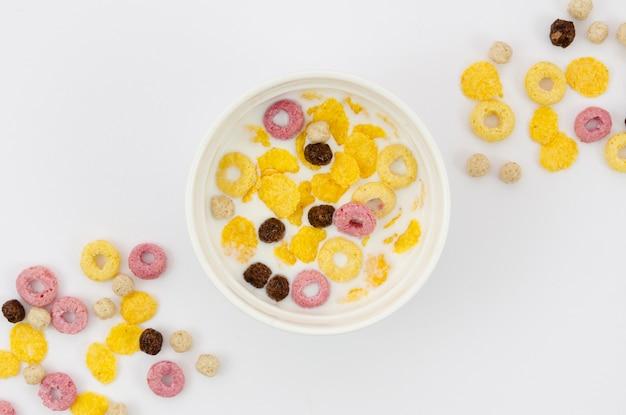 Bovenaanzicht regeling van cornflakes en granen Gratis Foto