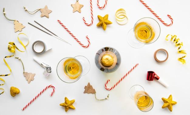 Bovenaanzicht regeling van glazen champagne en snoep voor nieuwjaarsfeest Gratis Foto