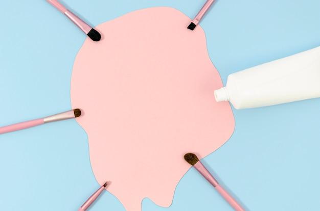 Bovenaanzicht regeling van schattige make-up borstels Gratis Foto