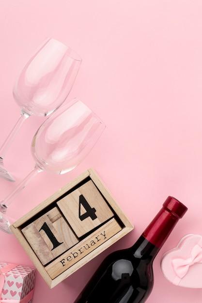 Bovenaanzicht regeling voor valentijnsdag diner op roze achtergrond Gratis Foto