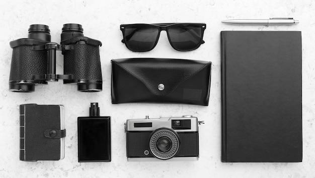 Bovenaanzicht reisconcept met zwarte items Gratis Foto