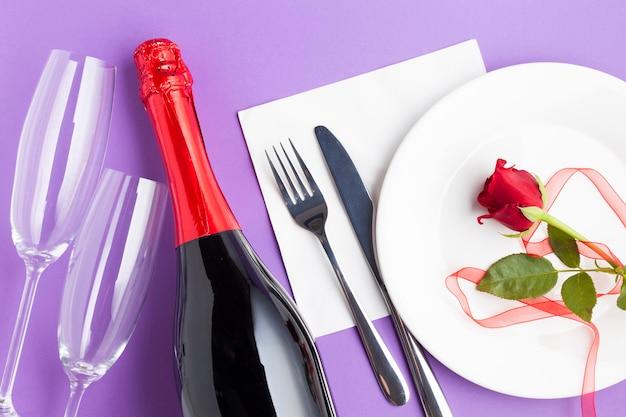 Bovenaanzicht romantische arrangement op paarse achtergrond Gratis Foto