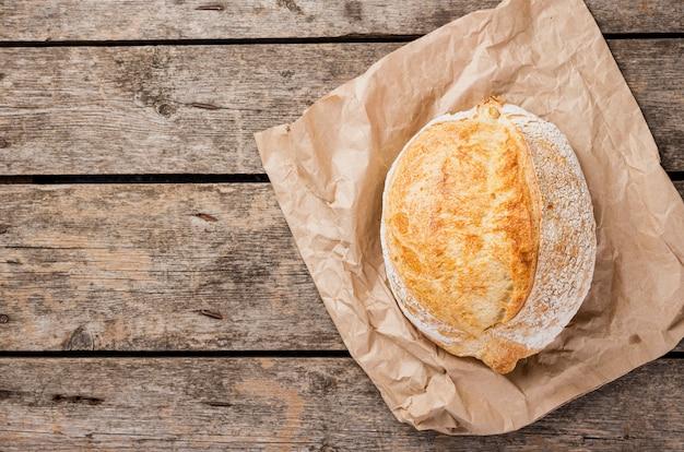 Bovenaanzicht ronde brood op bakpapier Gratis Foto
