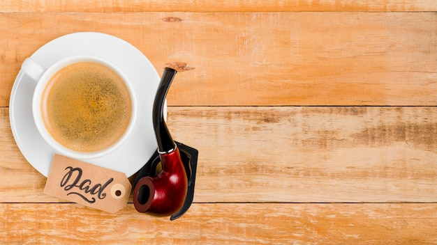 Bovenaanzicht rookpijp met koffie op tafel Gratis Foto