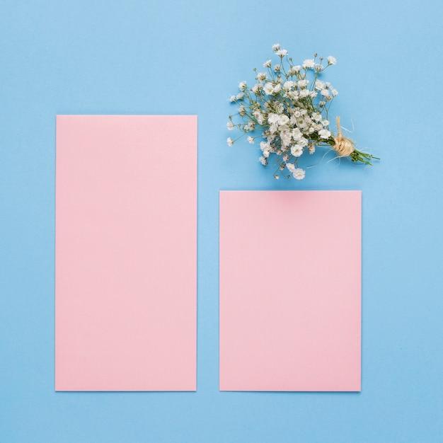 Bovenaanzicht roze bruiloft uitnodiging Gratis Foto